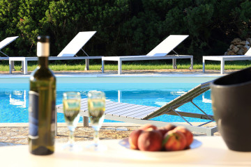 Aperitivo in piscina a Inghirios