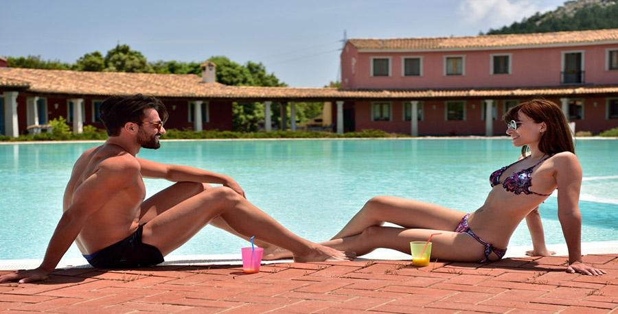 Coppia in piscina - Hotel Orlando Sardegna